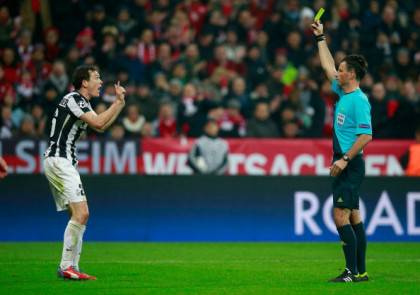 Mark Clattenburg ammonisce Lichtsteiner (getty images)