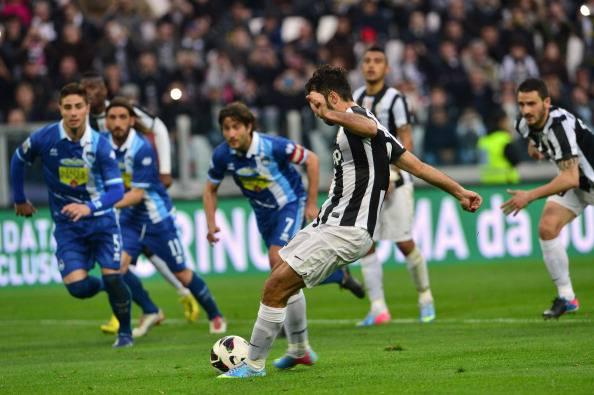 Il rigore di Vucinic nel match col Pescara (getty images)