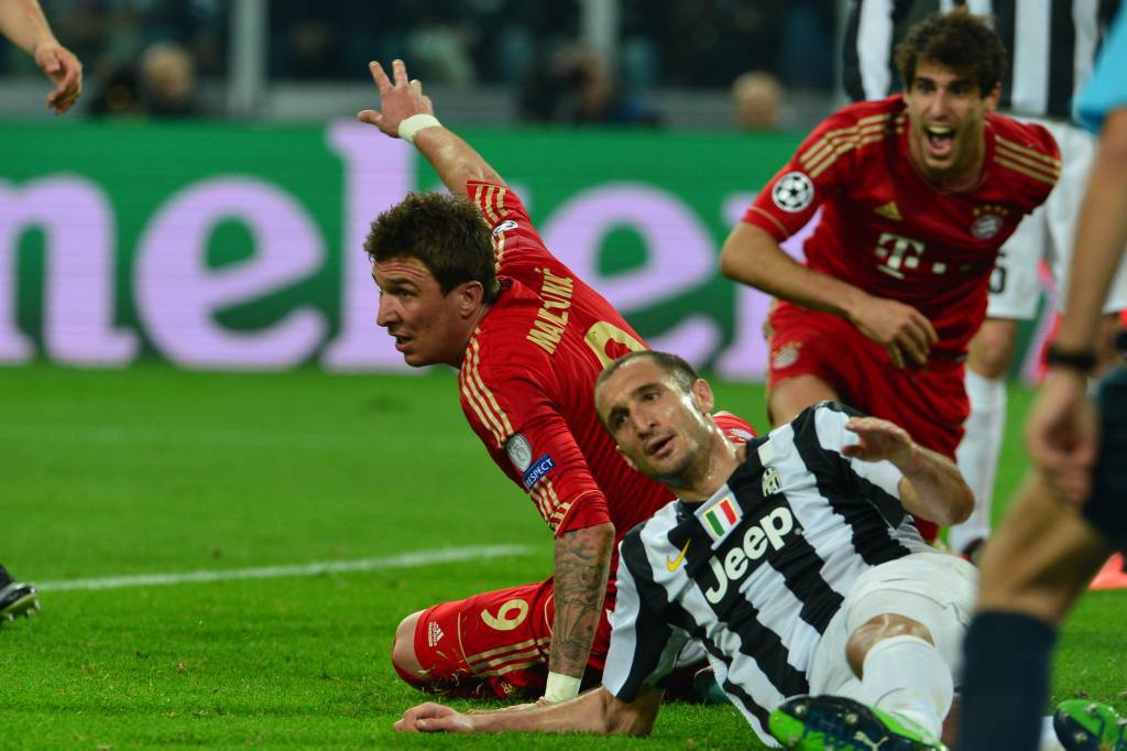 Mandzukic in uno scontro con Chiellini - Getty Images