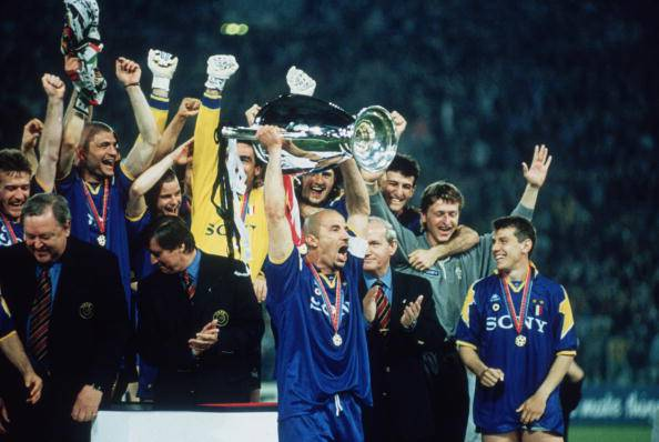 Vialli alza la Champions League del '96 (getty images)
