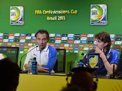 IL Ct Cesare Prandelli in conferenza stampa con Riccardo Montolivo - Getty Images