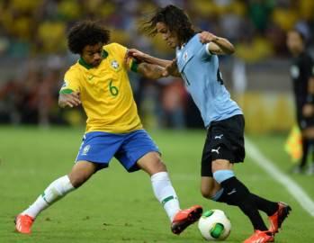 Marcelo in uno scontro con Cavani