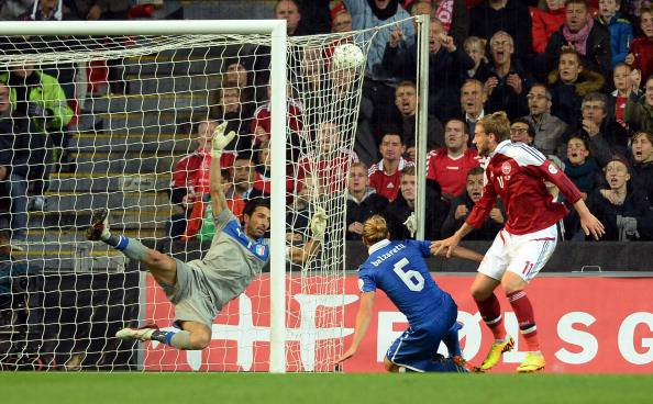 Bendtner segna uno dei gol a Buffon (getty images)
