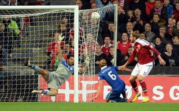 Bendtner segna uno dei gol a Buffon (getty images)