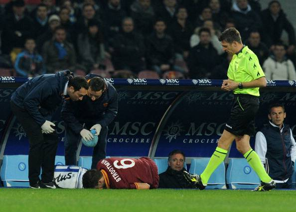 Kevin Strootman dopo l'infortunio di ieri (getty images)