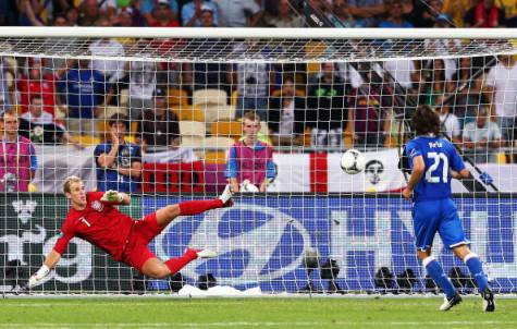 Pirlo batte Hart col cucchiaio (getty images)