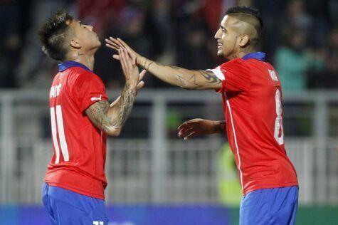 Arturo Vidal festeggia con Vargas nell'amichevole di ieri del Cile (getty images)