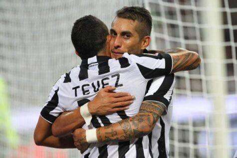 Pereyra abbraccia Tevez dopo il gol (getty images)
