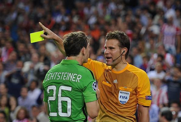 L'arbitro Brych ammonisce Lichtsteiner (getty images)