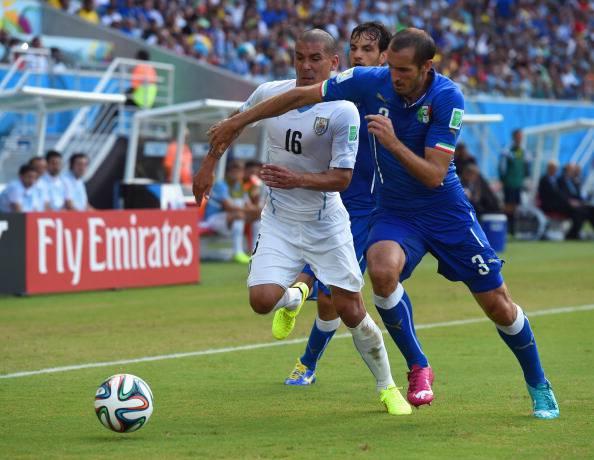 Maxi Pereira in contrasto con Giorgio Chiellini al Mondiale - Getty Images