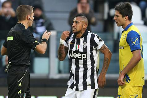 L'arbitro Massa ammonisce Vidal (getty images)