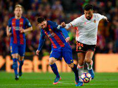 Ezequiel Garay col Valencia fronteggia Lionel Messi ©Getty Images