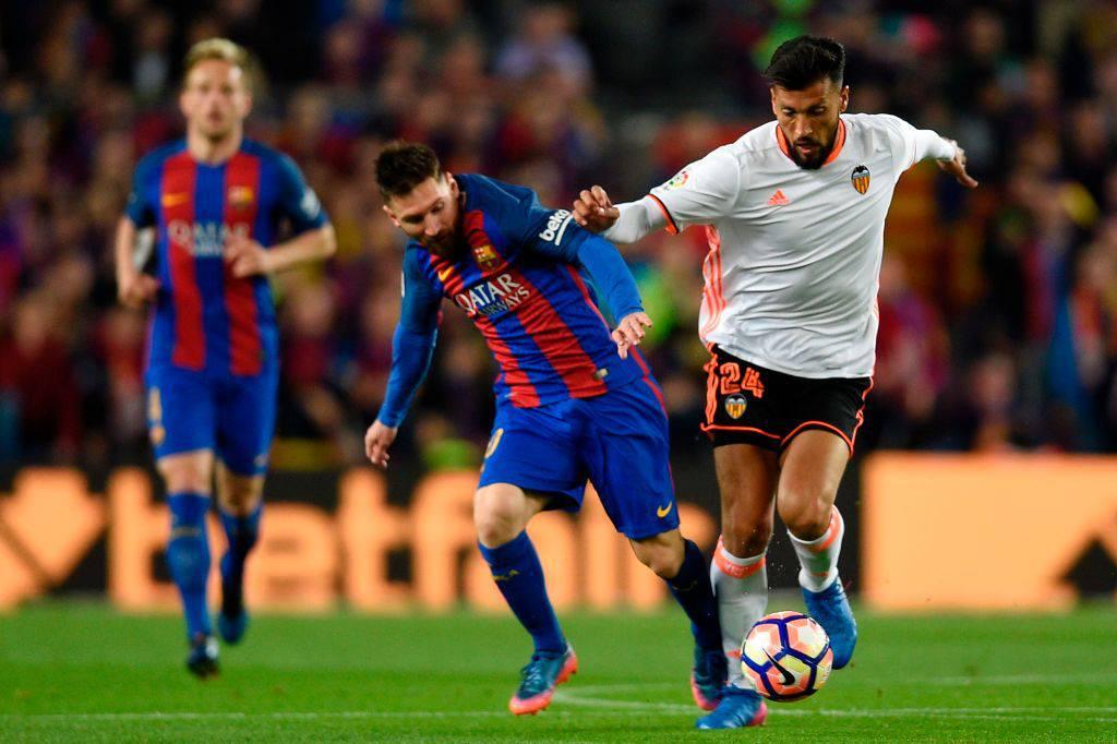 Ezequiel Garay col Valencia fronteggia Lionel Messi ©Getty Images