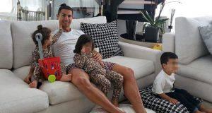Cristiano Ronaldo a casa con la famiglia