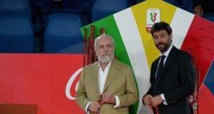 Agnelli e De Laurentiis consegnano insieme le medaglie della Coppa Italia